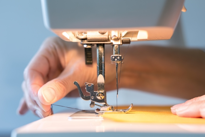How to use sewing machine needles?